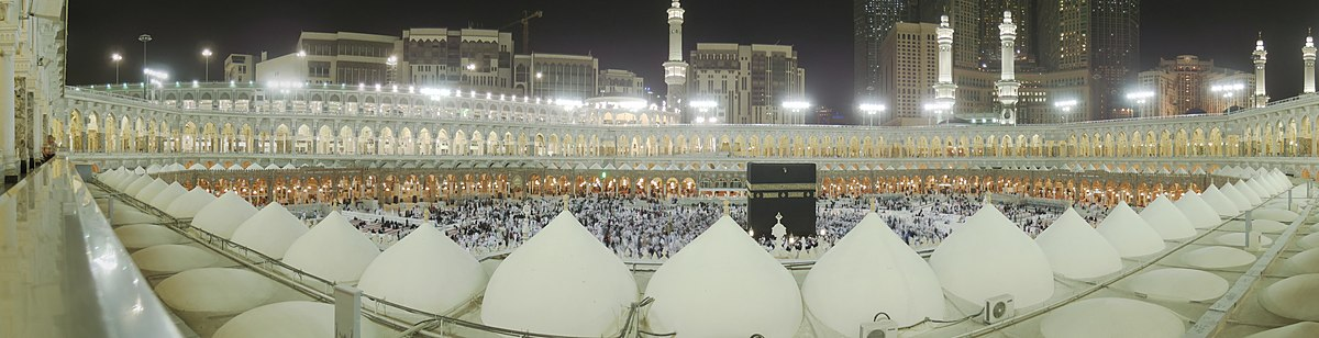 צילום פנורמי של חצר המסגד המוארת בלילה (לצפייה הזיזו עם העכבר את סרגל הגלילה בתחתית התמונה)