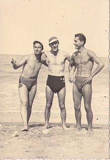 tre uomini al mare sulla spiaggia di scanzano jonico circa 1950