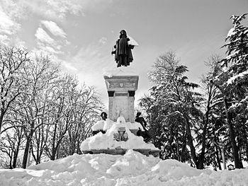 Monumento a Raffaello Sanzio, Urbino.jpg