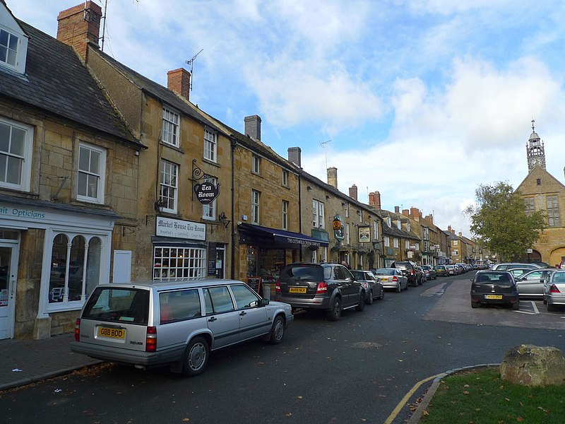 File:Moreton-in-Marsh, Gloucestershire, England-23Oct2010 (3).jpg