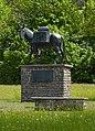 Muli-Skulptur vor der Karwendelkaserne Mittenwald 1.JPG