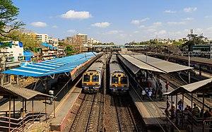 Vile Parle railway station - Image: Mumbai 03 2016 01 Vile Parle station