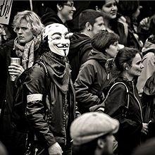 Membro de la hacktivistAnonymoza donaco ĉe la Occupy Portland-marŝo.