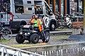 Onkruid wieden - Wijnhaven Rotterdam (36352768063).jpg