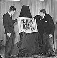 Opening World Press Photo 61 . Mr. Klaasesz en Nagao met winnende foto, Bestanddeelnr 913-0039.jpg