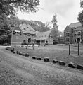 Overzicht met gedeelte voorgevel landhuis en voorgevel koetshuis met paardenstallen - Wassenaar - 20353223 - RCE.jpg