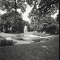 Overzicht van vijver met fontein in het park - Zeist - 20428836 - RCE.jpg