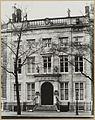 Overzicht voorgevel grachtenhuis met balustrade en beelden - Amsterdam - 20322166 - RCE.jpg