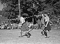 Paalwerpen tijdens de Highland Games op Skye, een negentiende eeuwse voortzettin, Bestanddeelnr 254-2779.jpg