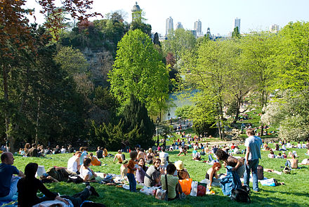 The lawns of the Parc des Buttes-Chaumont on a sunny day Parc des Buttes-Chaumont, 22 April 2007.jpg