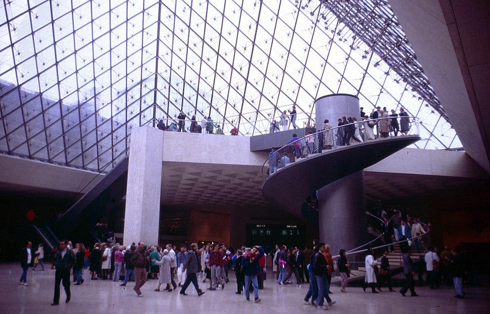 Paris-Louvre-084-in der Pyramide-1991-gje