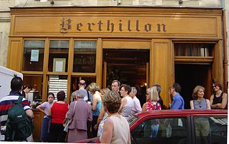 Berthillon - Crowds flock to Berthillon in the summer