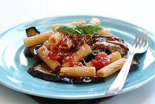 Plato da pasto kun tomatoj, melongeno, bazilio, kaj fromaĝo