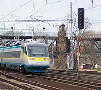 České Pendolíno ve zkušebním provozu přijíždí do stanice Roudnice nad Labem