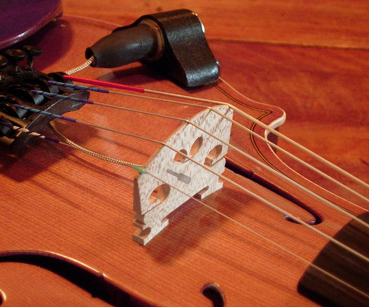 Plik:Piezo violin bridge.jpg