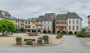 Place des Arcades in Sauveterre-de-R 05.jpg