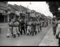 Politionele acties. Republikeinse legerafdelingen marcheren door een brede straat in Djokjakarta. Midden-Java, Indonesië, december 1947.png
