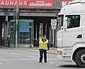 Polizist im Einsatz mit Verkehrsstab 1.jpg