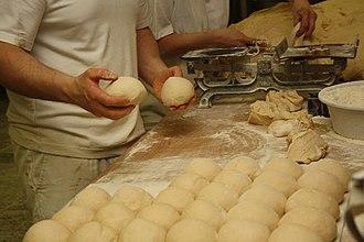Veka (pastry) - Image: Postup výroby chlebíčkové veky (4)