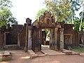 Prasat Banteay Srey entrance - panoramio.jpg