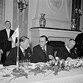 Prins Bernhard aan een diner met burgers en marineofficieren, Bestanddeelnr 255-8101.jpg