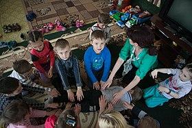Séances psychosociales pour les enfants de la maternelle Debaltseve (18728521230) .jpg