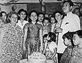 Ratna Ruthinah at her birthday party, Film Varia 1.4 (March 1954), p9.jpg