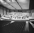 Repetitie van een orkest, vermoedelijk het Israël Philharmonic Orchestra in het , Bestanddeelnr 255-1735.jpg