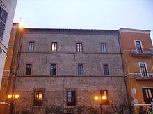 La facciata di palazzo Savelli su piazza San Pietro: in evidenza i due torrioni quadrangolari laterali.
