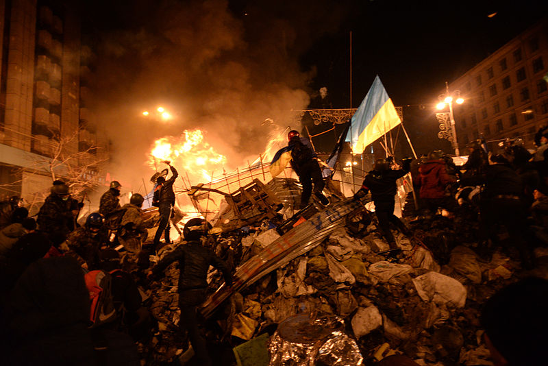Файл:SState flag of Ukraine carried by a protester to the heart of developing clashes in Kyiv, Ukraine. Events of February 18, 2014.jpg