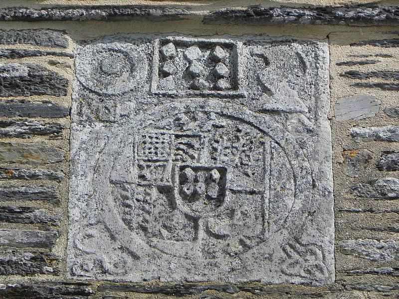 Église Saint-Aignan, commune de Saint-Aignan (56). Armes timbrant le pignon méridional du porche sud. Ausommet: armes des Rohan. Au centre: armes des Fresnay de la Villeon, des Bois Feuillet, Aradon, Botleven.