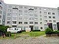 Salzburger Häuser mit Denkmal von Knud Knabe (3).jpg