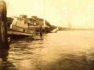 1915 New Orleans hurricane - Image: Sept 1915Boat Levee