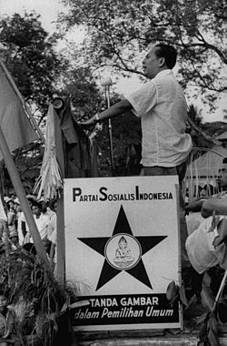 Sjahrir speaking at 1955 PSI election rally in Bali.jpg