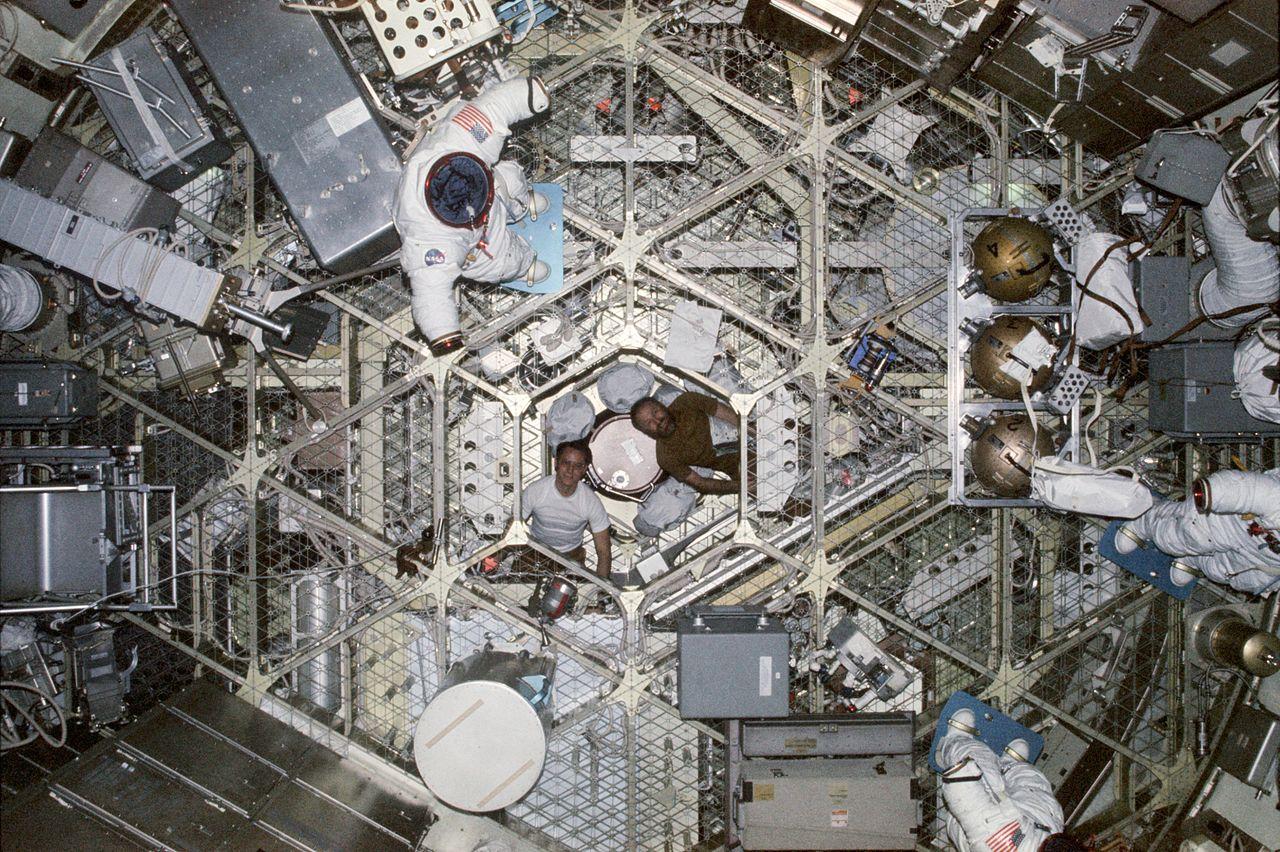 File:Skylab looking down.jpg - Wikimedia Commons S Orbital