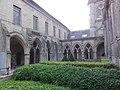 Soissons, abbatiale Saint-Léger, cloître avec à gauche musée.JPG