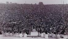 Sŭami Satchidananda malfermanta la Woodstock Muzikon kaj Art Festival.