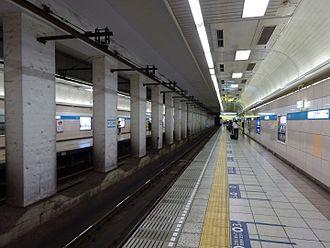 Takadanobaba Station - The Tozai Line subway platforms in June 2016