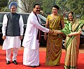 The President, Smt. Pratibha Devisingh Patil welcomes the President of Sri Lanka, Mr. Mahinda Rajapaksa and his wife Mrs. Shiranthi Rajapaksa, at the ceremonial reception, at Rashtrapati Bhavan, in New Delhi on June 09, 2010.jpg