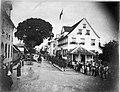 Tropenmuseum Royal Tropical Institute Objectnumber 60008853 Drukte op straat in Paramaribo in ver.jpg
