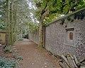 Tuinmuur met nis met gevelsteen en bomen tuinzijde - Sambeek - 20340896 - RCE.jpg