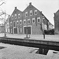 Twee voormalige kaaspakhuizen met gekoppelde puntgevels, gezien vanaf de Mijzijde. De muurankers vormden het opschrift V D P 1784. - Kamerik - 20401494 - RCE.jpg