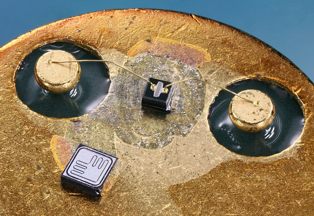 1280px-Two_silicon_transistor_dies.jpg