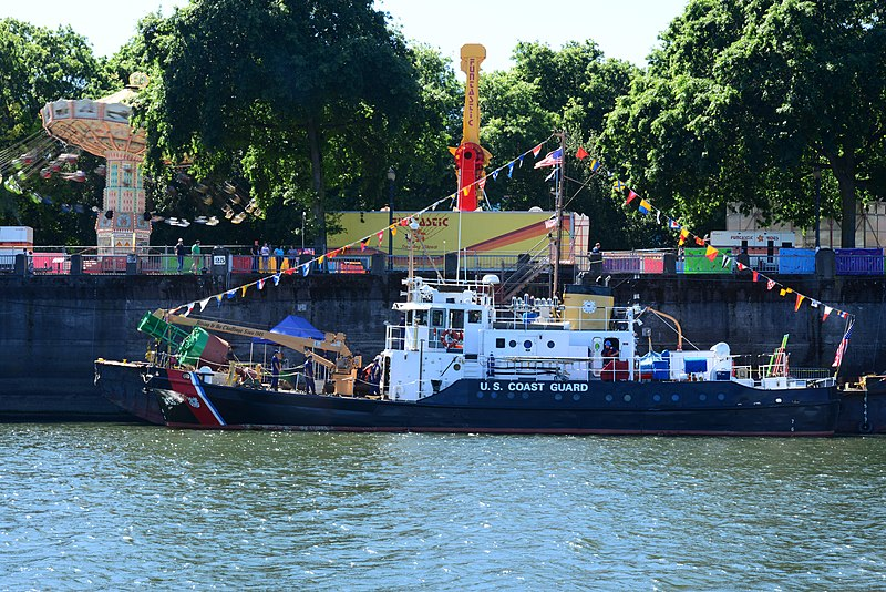 File:USCGC Bluebell - 2015 Rose Festival Portland, OR.jpg