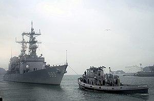 Kittanning (YTB-787) - Image: USS Kittanning (YTB 787) tows USS Cushing (DD 985) out of Yokosuka