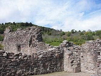 Urquhart Castle wall.jpg