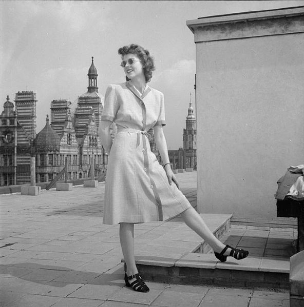 Bestand:Utility Clothes- Fashion Restrictions in Wartime Britain, 1943 D14837.jpg