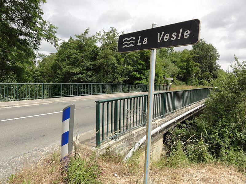 Vasseny (Aisne) pont sur la Vesle, avec panneau