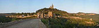 La forteresse Tsarevets, à Veliko Tarnovo (Bulgarie). (définition réelle 4264×1232)