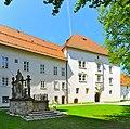 Viktring Stift Marienbrunnen und Praelatur 23042011 221.jpg